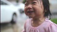 Малко момиченце открива дъжда