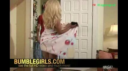 Момиче се разголва, когато й доставят пицата! Смях