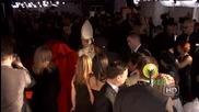 Ники Минаж придружавана от папата, пристига на наградите Грами
