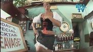 Скрита Камера ! Сервитьорка поднася на клиентите си коктейла на заведението от гърдите си