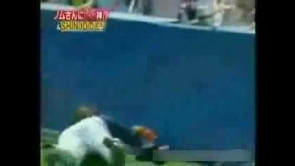 Бейзболист Се Разбива В Стена Докато Гони Топката