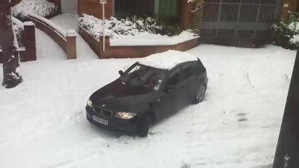 Жена с Бмв на сняг
