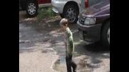 Малко момче лудува в локвите