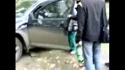 жена чупи джипа на мъжи