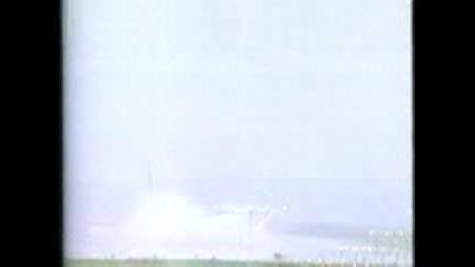 Самолет остава на една гума, каца и се разбива