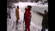 Спасители спасяват куче от студена река .