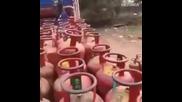 Как индийци товарят газови бутилки
