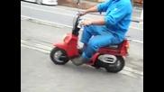 идиот с скутер