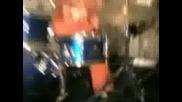 4-ри годишно момче свири на барабани!