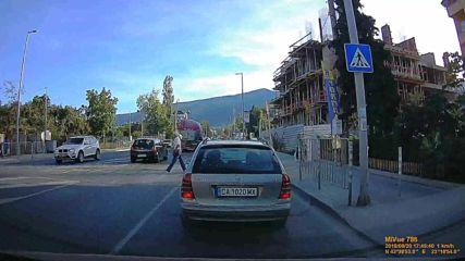 С мръсна газ пред пешеходци на пешеходна пътека
