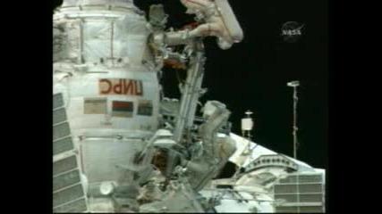 Космонавти работят върху експлозивен болт