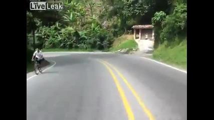 Момче развива страхотна скорост със колело