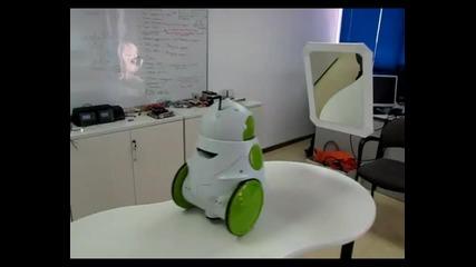 Робот се вижда в огледало за пръв път