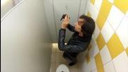 Щура шега в тоалетната - скрита камера