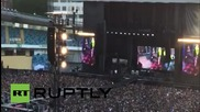 Фронтменът на Foo Fighters счупи крака си по време на концерт