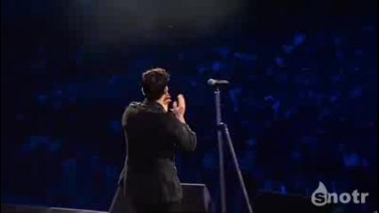 Роби Уилямс прави снимка по време на концерта си