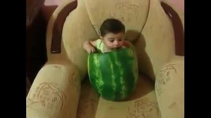 Maлко детенце похапва диня :)