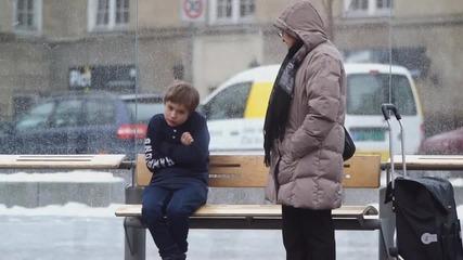 Би ли помогнал на дете, което замръзва от студ? ... Социален експеримент!