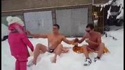 Двама смели плажуващи в дълбокия сняг
