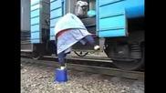 Баба със стратегическо качване на влака