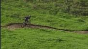 За този човек изглежда е лесно да се спуска по хълмовете с велосипед