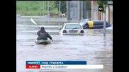 Улиците в Добрич заприличаха на реки, хора се придвижват с лодки