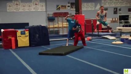 Вижте как този спортист си обува панталона!