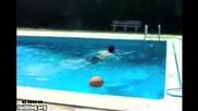 Руснак се разбива в басейн