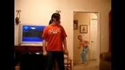 Момче се бъзика с танцуващата си сестра