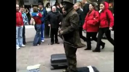 Н Е Ч О В Е Ш К О Изпълнение ~ Удивителната '' Жива '' Статуя ~