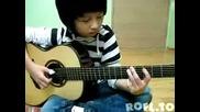 Kleine Junge spielt Gitarre _fluch der Karibik Theme_