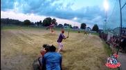 Пич прави страхотен удар по време на бейзболен мач
