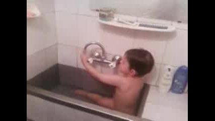 Маник Се Къпе В Мивката!