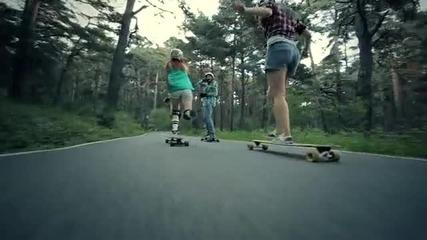 Момичета карат лонгборд в планината [ hq ] !