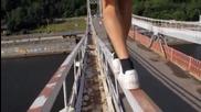 Много луд екстремал по мост