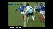 Фернандо Гаго крие топката на Анри и Виера