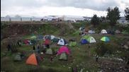 """Пропуснаха само 70 от мигрантите в """"Идомени"""", хиляди остават"""