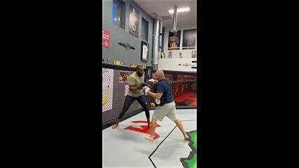 Джон Джоунс тренира на лапи за тежката категория