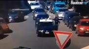 Мъж подпали полицаи в патрулката им!