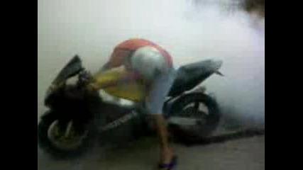 Моторист Върти Гума