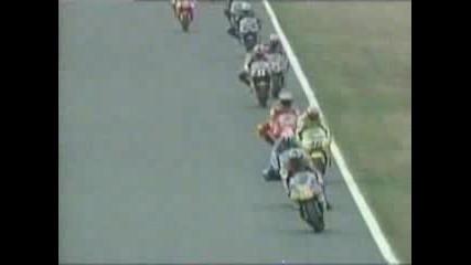 Rossi - Показва Среден Пръст На Max Biaggi