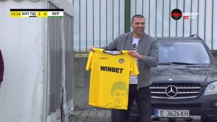 Тервел Пулев позира гордо се екипа на Ботев Пд