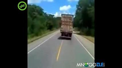 Този го пере съчмата - Луд с камион !