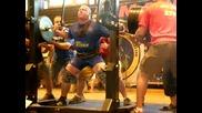 Мъж Прави Клек С 500 Кг На Гърба Си!