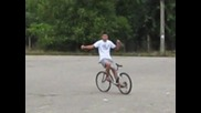 момче кара колело обърнат на обратно..