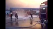 Пожарникари Вдигат Кола Във Въздуха