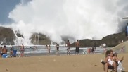 Гигантски окенски вълни изненадват плажуващи