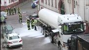 Камион изпуска въглероден диоксид на улицата