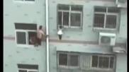 Китаец спаси живота на дете с моп за чистене!