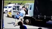 Как се качва дебела жена в камион!